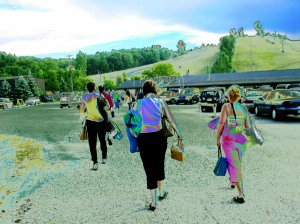 Concert Goers heading up Cannonsburg Ski Hill for Picnic Pops!